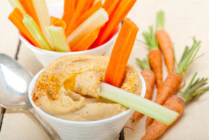alimentos zanahoria con hummus