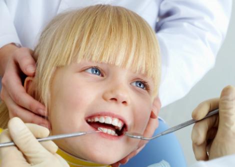 ¿A qué edad es recomendable llevar a los niños al dentista?